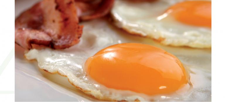 Huevos a la plancha con bacon.