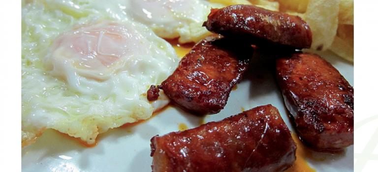 Huevos fritos con chorizo.
